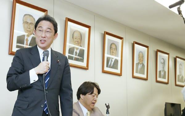 宏池会事務所に池田、大平、鈴木、宮沢の4首相をはじめ歴代会長の写真が並ぶ(15年、東京都千代田区)
