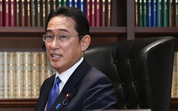 自民党総裁の椅子に座る岸田文雄氏(29日、党本部)