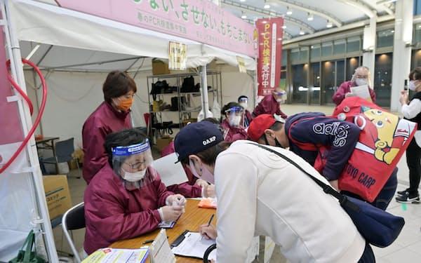 無料のPCR検査スポットを訪れた人たち(4月、広島市)