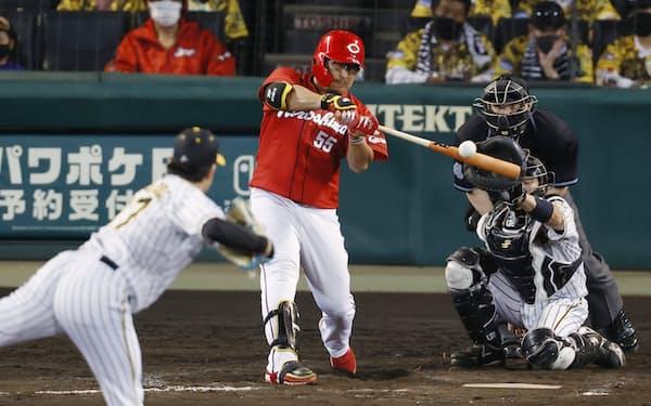 8回広島2死一、二塁、代打松山が左前に適時打を放つ。投手岩貞、捕手梅野(29日、甲子園)=共同