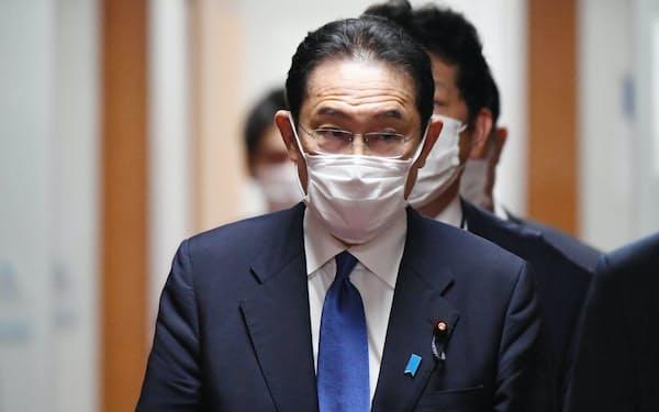 自民党本部を後にする岸田新総裁(29日)