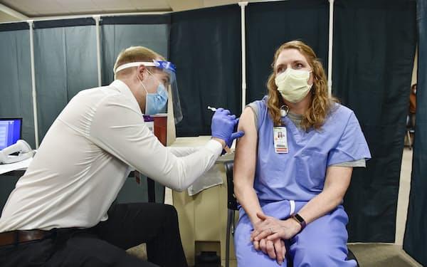 CDCは、追加接種の副作用が2回目の接種後の類似しているとした=AP