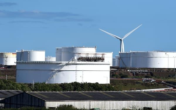 英国の天然ガス相場は直近2カ月で2倍以上になった(英西部ウェールズのLNG貯蔵施設)=ロイター