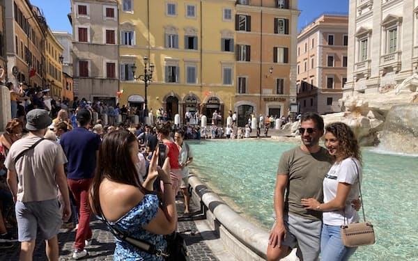ローマの観光名所トレビの泉は多くの観光客でにぎわう(9月)