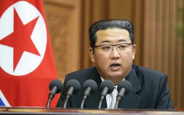 29日の最高人民会議で施政演説する金正恩総書記=朝鮮中央通信・共同