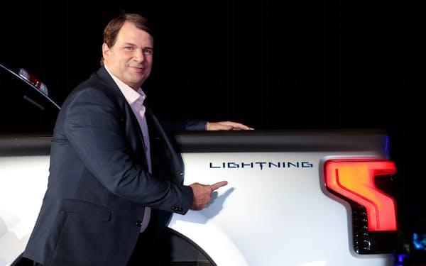 フォードの主力ピックアップトラックのEVモデル「F-150ライトニング」を披露するファーリーCEO=ロイター