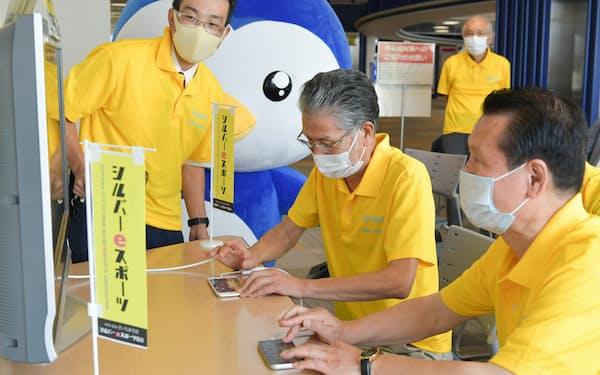 さいたま市民シルバーeスポーツ協会では月に1度、高齢者が集まりeスポーツを楽しむ(9月15日)
