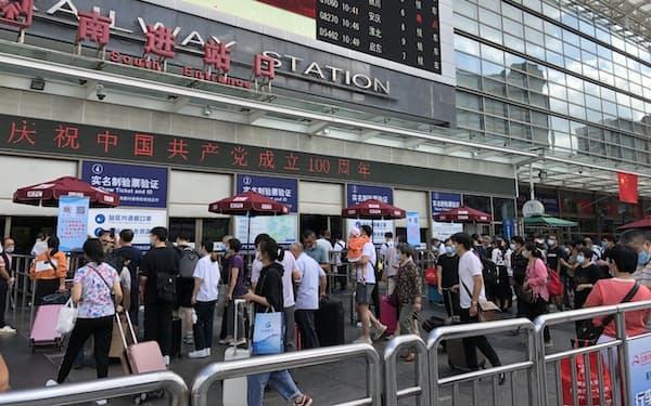 旅行や帰省に向かう人が集まる上海駅(9月30日)