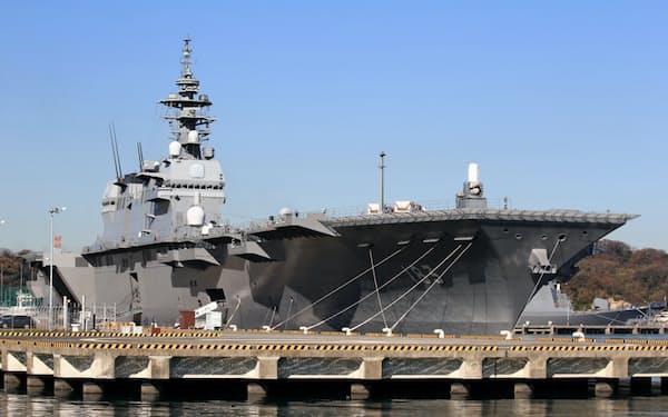 海上自衛隊の基地内に停泊する護衛艦「いずも」