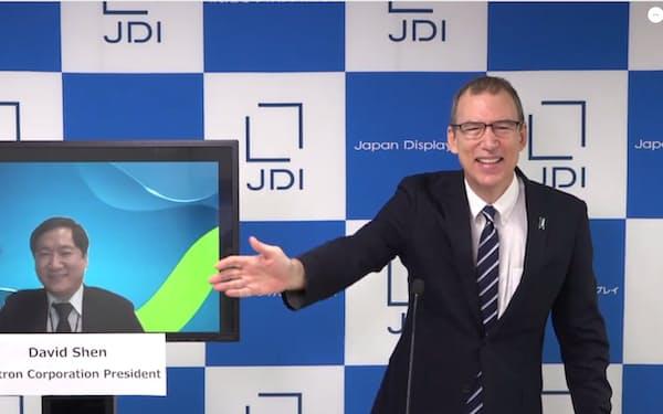 製造子会社の売却を発表するJDIのスコット・キャロン会長兼最高経営責任者(写真右)