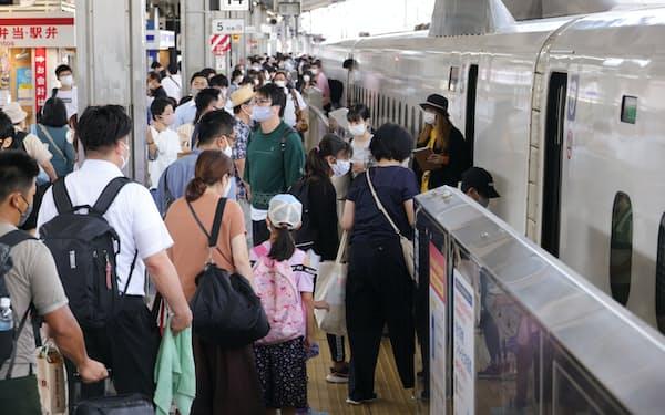 お盆休み期間の終盤、東京行きの新幹線に乗り込む人ら(15日、名古屋市中村区のJR名古屋駅)