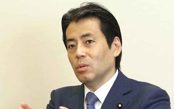 インタビューに答える自民党の福田達夫氏=共同