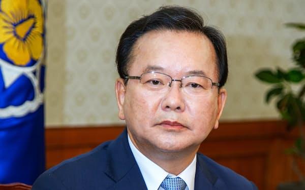 インタビューに答える韓国の金富謙首相
