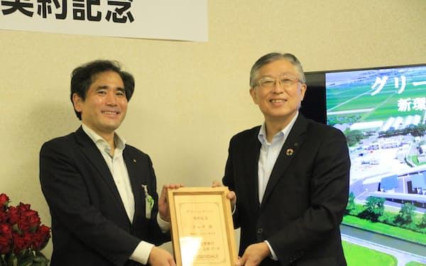 グリーンローンの契約を結んだ滋賀県守山市の宮本市長(左)と滋賀銀行の高橋頭取(30日、守山市役所)