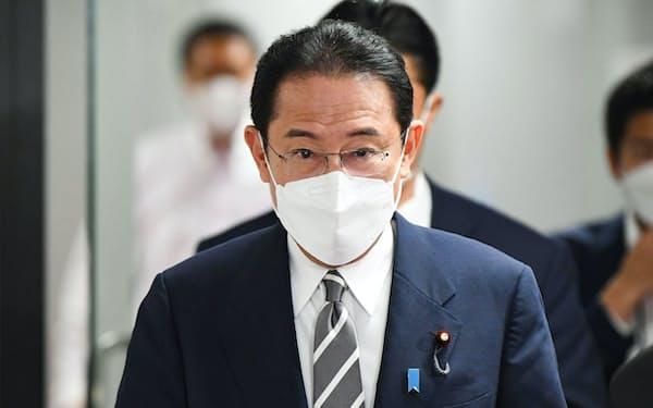 自民党本部を後にする岸田新総裁(30日午後)