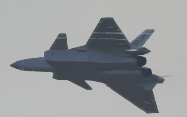 飛行する中国のステルス戦闘機「J20」