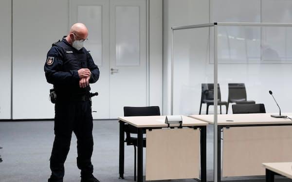 ドイツ北部イツェホーの裁判所で時間を気にする関係者=ロイター