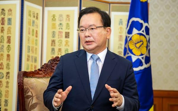インタビューに答える韓国の金富謙首相(9月30日、ソウル市内の政府庁舎)
