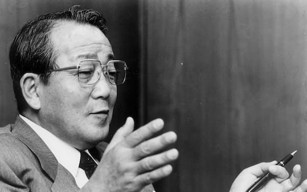 日経新聞のインタビューに答える京セラの稲盛和夫会長(当時、1995年4月8日)