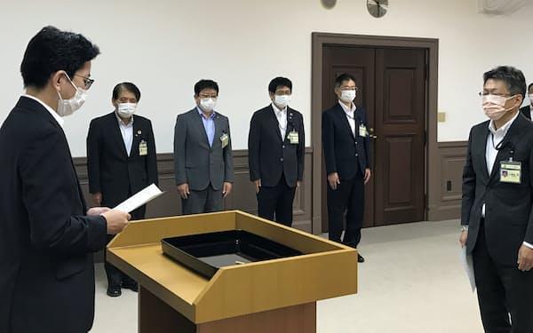 下鶴市長から辞令を受ける久保田氏㊨(鹿児島市役所)
