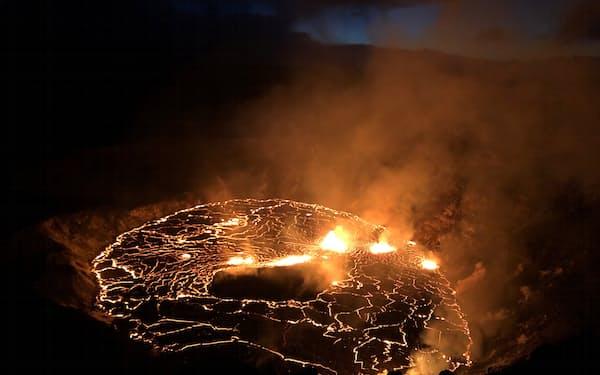 溶岩が噴き出したキラウエア火山の火口(9月30日)=USGS提供・ロイター