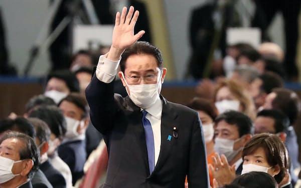 自民党総裁選の決選投票で新総裁に選出され、拍手に応える岸田文雄氏(9月29日、東京都港区)
