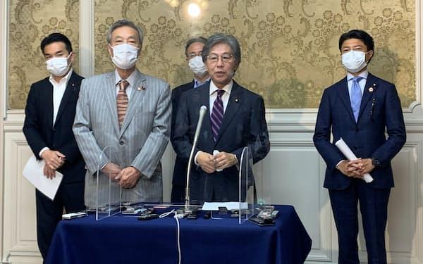 立憲民主党の安住淳国会対策委員長(右から2人目)