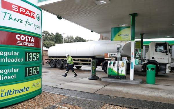英国は燃料価格の高騰に見舞われている(9月、ハーシャムのガソリンスタンド)=ロイター