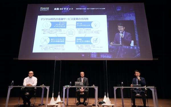 日本マイクロソフトの藤井達人業務執行役員(右端)らが自社の取り組みや事例を講演(1日午前、都内)