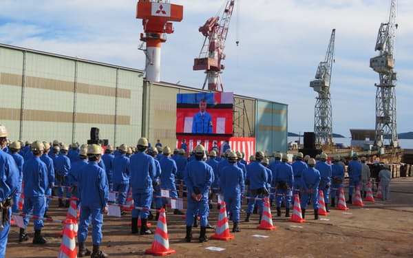 造船所で開かれた三菱重工マリタイムシステムズの発足式(1日、岡山県玉野市)
