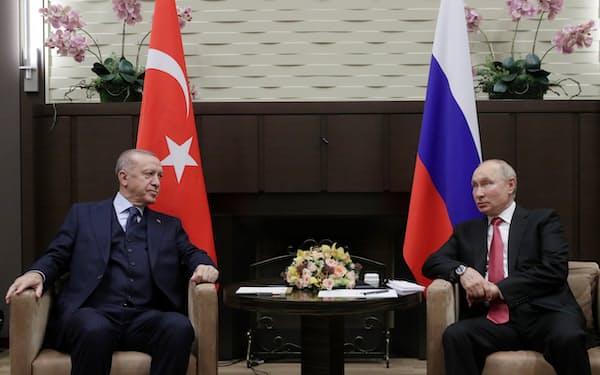 ロシア南部ソチでロシアのプーチン大統領㊨と会談したトルコのエルドアン大統領=ロイター