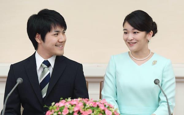 婚約が内定し、記者会見で笑顔の眞子さまと小室圭さん=2017年9月3日、東京・元赤坂の赤坂東邸