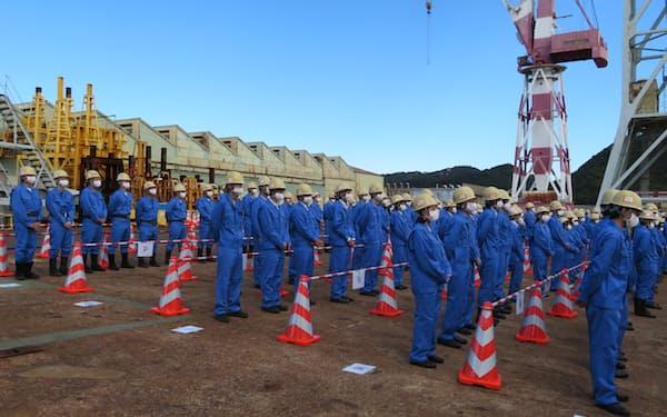 真新しい作業着で三菱重工マリタイムシステムズの発足式に参加する従業員ら