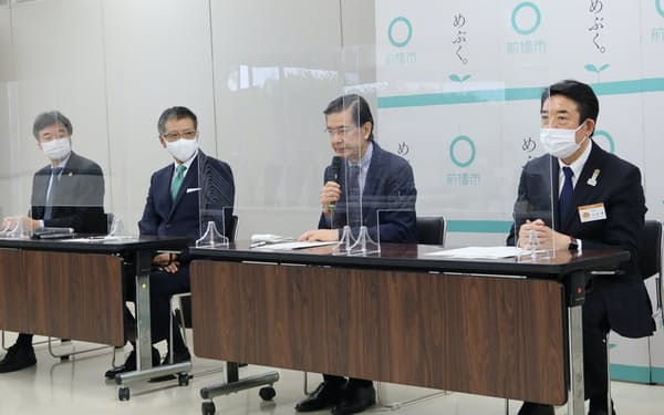 記者会見では日本PFI・PPP協会の植田和男会長兼理事長(右から2人目)らがあいさつした(1日、前橋市)