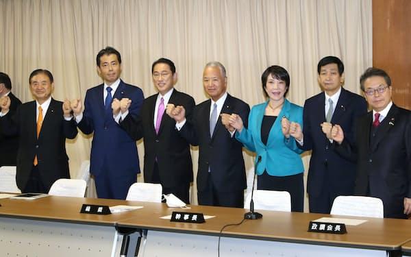 岸田総裁(左から3人目)は細田・麻生両派への配慮が目立つ(1日、東京・永田町の自民党本部)