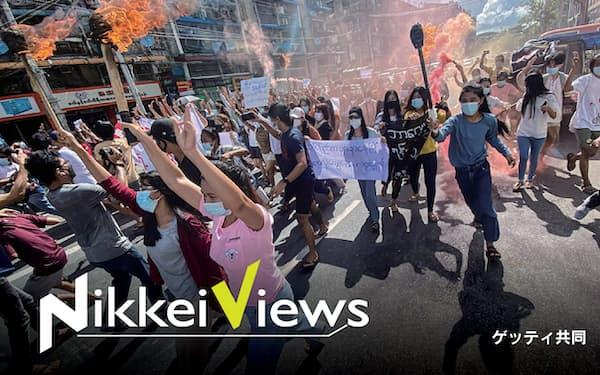 ミャンマー国軍に抗議する市民ら(7月14日、ヤンゴン)