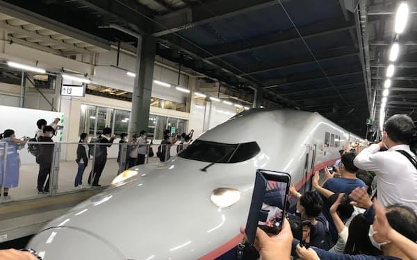 上りの最終列車「Maxとき348号」は午後8時21分に定刻通り出発した(1日、新潟駅)
