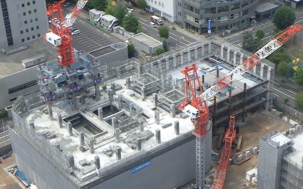 大成建設はタワーマンションの現場で、タワークレーンの支柱が不要になる「テコアップシステム」を導入した(札幌市北区)