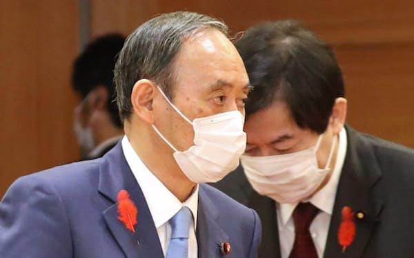 閣議に臨む菅首相(1日午前、首相官邸)