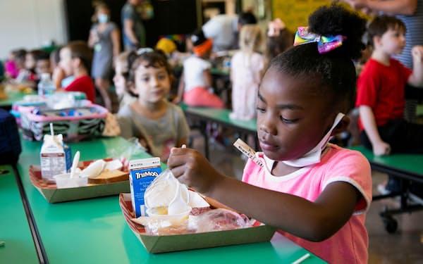 幼い子どもへの新型コロナのワクチン接種に前向きな親が徐々に増えている(8月、ケンタッキー州の小学校)=ロイター