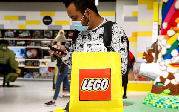 米ニューヨーク市のレゴ専門店で買い物する消費者(2021年9月)=ロイター