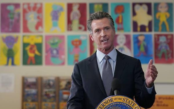 生徒に対する新型コロナワクチン接種義務化を発表したニューサム知事(1日、サンフランシスコ市内の公立校)=AP