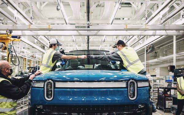 リヴィアンが9月に市販車の生産を始めた大型EV(同社提供)