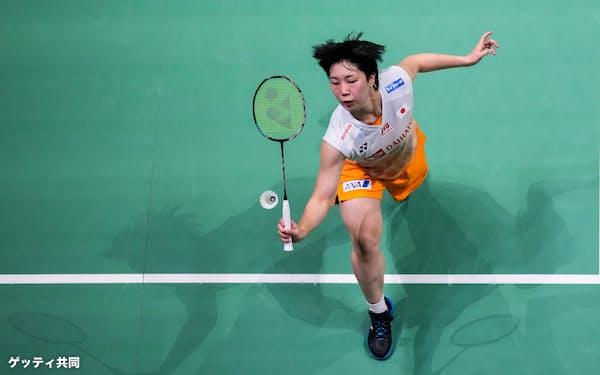 台湾との準々決勝でプレーする女子シングルスの山口(1日、バンター)=ゲッティ共同