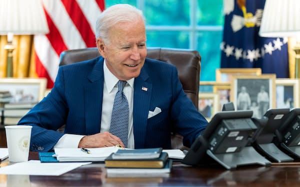 バイデン米大統領はマクロン仏大統領との電話協議で、欧州軍の創設に反対しなかったとみられる(9月22日、ホワイトハウス)=ロイター