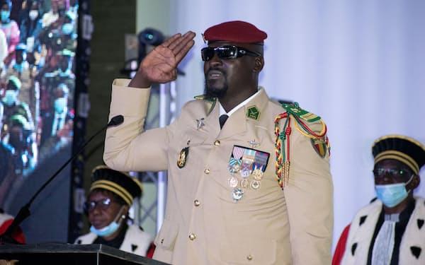 1日、ギニアの首都コナクリで軍事政権の暫定大統領就任を宣誓するママディ・ドゥンブヤ大佐(ロイター=共同)