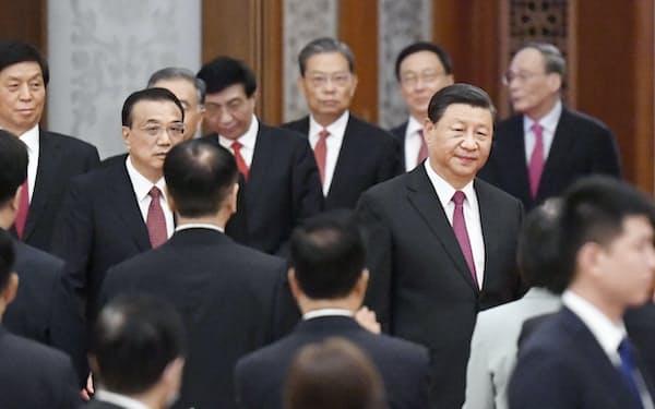 国慶節を祝う前夜レセプションに臨む中国の習近平国家主席(右手前)ら指導部(9月30日、北京の人民大会堂)=共同