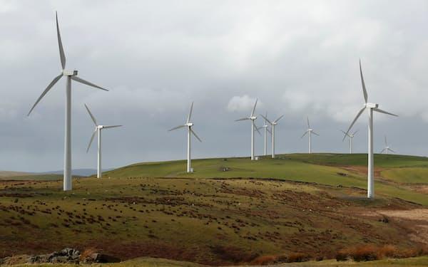 脱炭素へ再生可能エネルギーの強化を進めている(英南西部の風力発電施設)=ロイター