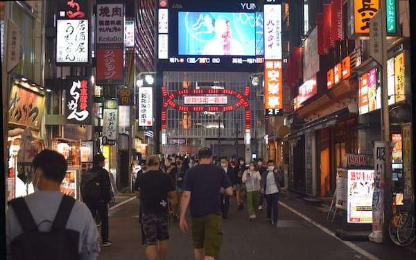 緊急事態宣言が解除された1日夜、新宿・歌舞伎町にはマスク姿の人が行き交った