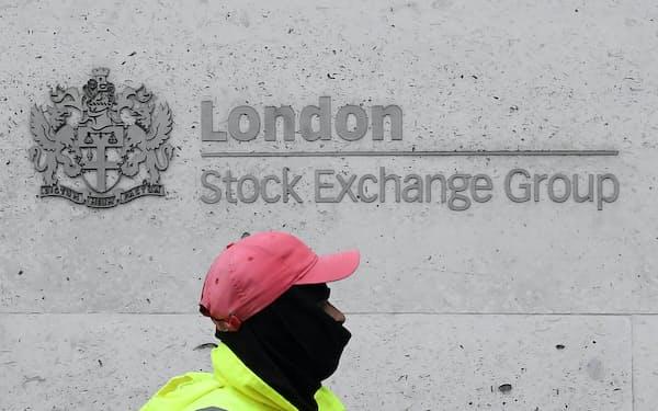 英金融街シティーにあるロンドン証券取引所は、かつての活況を失い地盤沈下に苦しむ=ロイター